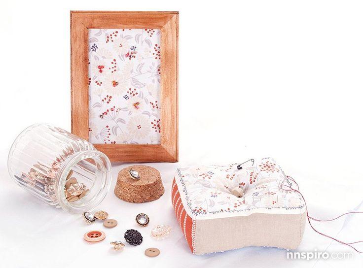 """PASO A PASO: COJÍN DE COSTURERA.  Hoy te proponemos realizar un cojín de sobremesa para tus agujas, realizado con la bonita colección de ropas Dailylike """"Tree fruit"""". ¡Manos a la obra!  www.innspiro.com/blog/paso-a-paso-cojin-costurera/"""