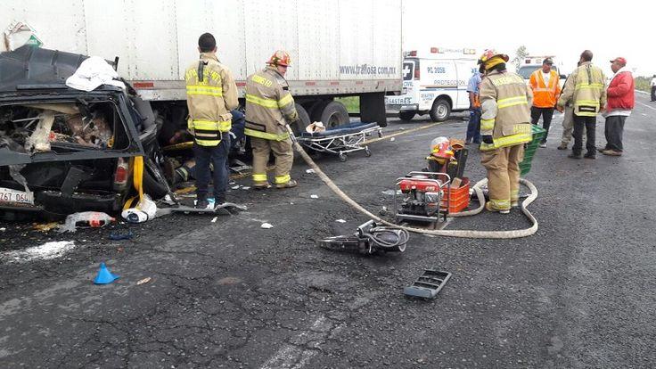 El accidente se registró esta mañana, a la altura del anillo periférico, donde una camioneta Yukon de color negro quedó prácticamente abajo de un tracto camión marca International, de color ...