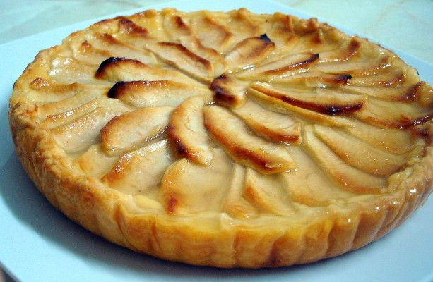Tarta de Manzana con base de hojaldre1 base de hojaldre fresca 4 huevos 600 ml. de leche 150 gr. de azúcar 3 cucharadas de harina de maíz (Maicena) 1 piel de limón 3 manzanas 1/2 cucharada pequeña de gelatina neutra o agar agar
