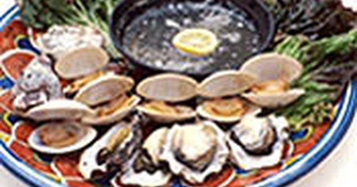 Cómo asar a la parrilla ostras y almejas. Cómo asar a la parrilla ostras y almejas. He aquí una manera sencilla pero sabrosa de preparar ostras o almejas. Asegúrate de calcular al menos seis u ocho ostras o una libra (45 gr) de almejas por persona.
