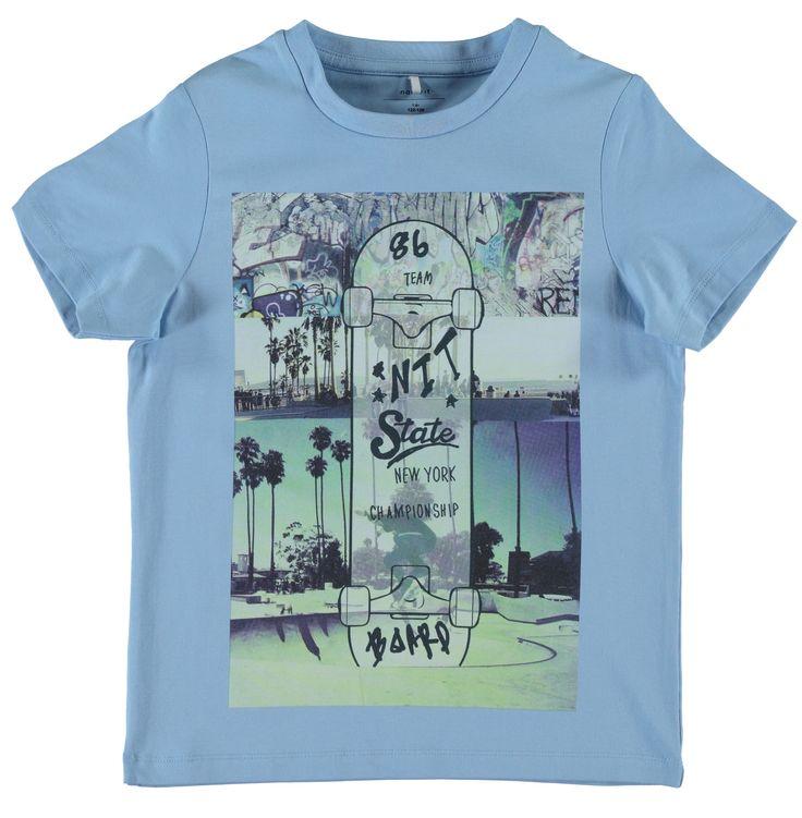 Licht blauwe jongens tshirt NITDIM van het merk Name-it. Deze tshirt is voorzien van korte mouwen en een ronde hals. De shirt heeft een print over een skate kampioenshap in New York Vervaardigd uit organic katoen.
