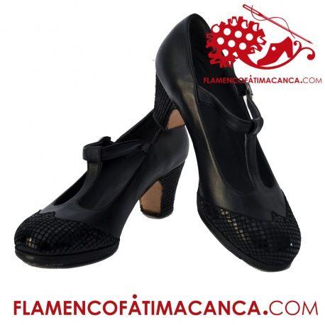 Modelo Tango Cerrado Calzado flamenco de línea clásica con trabilla en el empeine por la cual se mete la correa con la que se sujeta con hebilla. Doble cantidad de clavos en puntera y tacón puesto uno a uno con pulido final. Por defecto viene sin punta inglesa pero tienes la opción exclusiva en flamencofatimacanca.com de añadirla o quitarla. El proceso de fabricación de los zapatos es de unos 15/20 días.