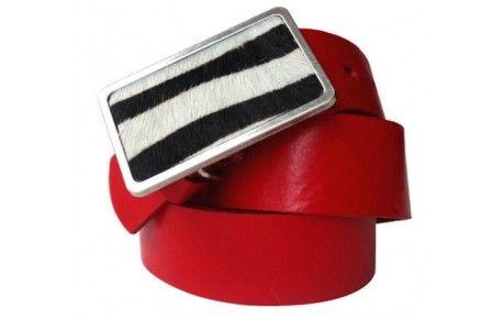 Roter Ledergürtel mit viereckiger Schnalle im Zebra-Look.Sie sollten Sich diesen roten Gürtel kaufen, wenn Sie auch bei einem modischen Accessoire nicht auf höchste Qualität verzichten wollen. Der Gürtel aus Leder in Rot kommt von erfahrenen Gerbereien in der EU (Italien), die Schnalle ist aus nickelfreiem Metall. Mit einer Breite von 4 cm passt der Gürtel in alle gängigen Hosen und ist angenehm zu tragen. Breite Löcher garantieren eine einfache Handhabung.