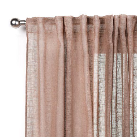 Visillo semitranslúcido en color marrón con diseño liso. Fabricado en poliéster. Se cuelga fruncido con trabillas ocultas. Medidas: 200 x 280cm (ancho x largo).