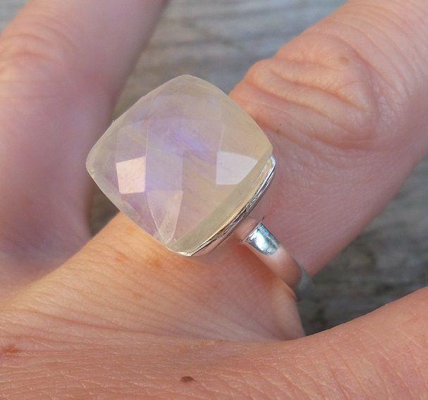 Zilveren ring gezet met vierkante facet regenboog Maansteen