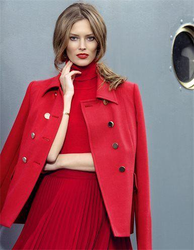 Der Zweireiher mit goldfarbenen Knöpfen: Ein High Fashion-Modell in wertvoller MADELEINE-Interpretation.