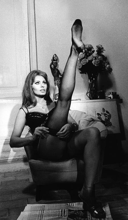 Scena del film  Ieri, Oggi e Domani 1963   Regia di Vittorio De Sica con Sofia Loren e Marcello Matroianni