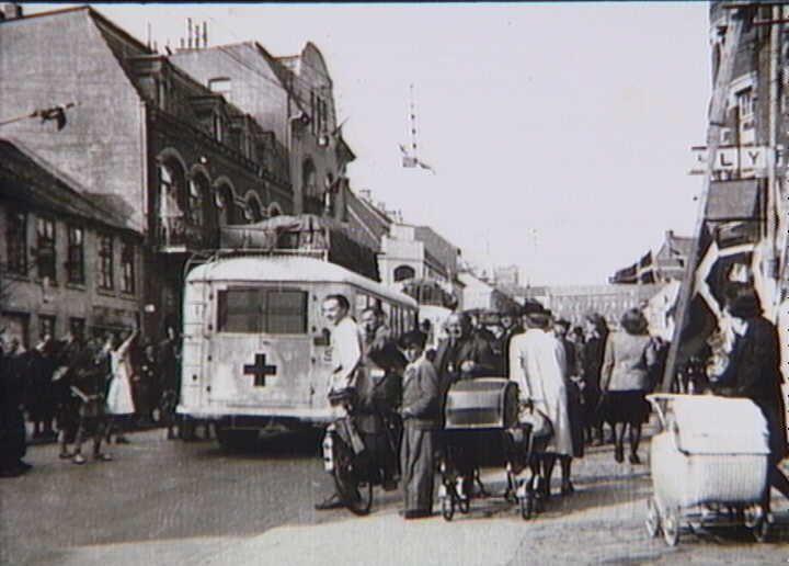 Bernadotte-aktionen. Svenske Røde Kors busser ankommer til Haderslev i april 1945 med befriede fanger fra tyske koncentrationslejre på vej til Sverige  Tidsperiode og årstal Datering:apr-45 - See more at: http://samlinger.natmus.dk/FHM/19678#sthash.2FkjyF1m.dpuf