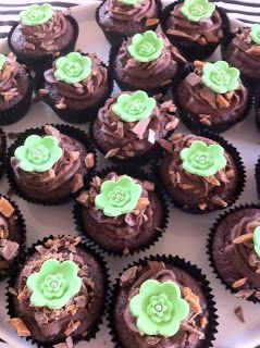 KageStorchen: Chokolademuffins med karamel i midten og Daim-knas