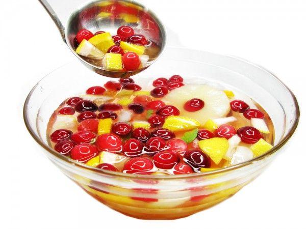 Фруктовый пунш с шампанским нарезанные фрукты2 стакана персиковый или ананасовый сок2 стакана шампанское2 стакана газированная вода1 стакан