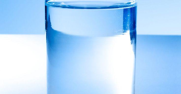 Cómo soldar vidrio. Soldar vidrio ayuda a que piezas individuales se unan como un todo. Es una técnica frecuentemente usada para hacer vidrio coloreado.