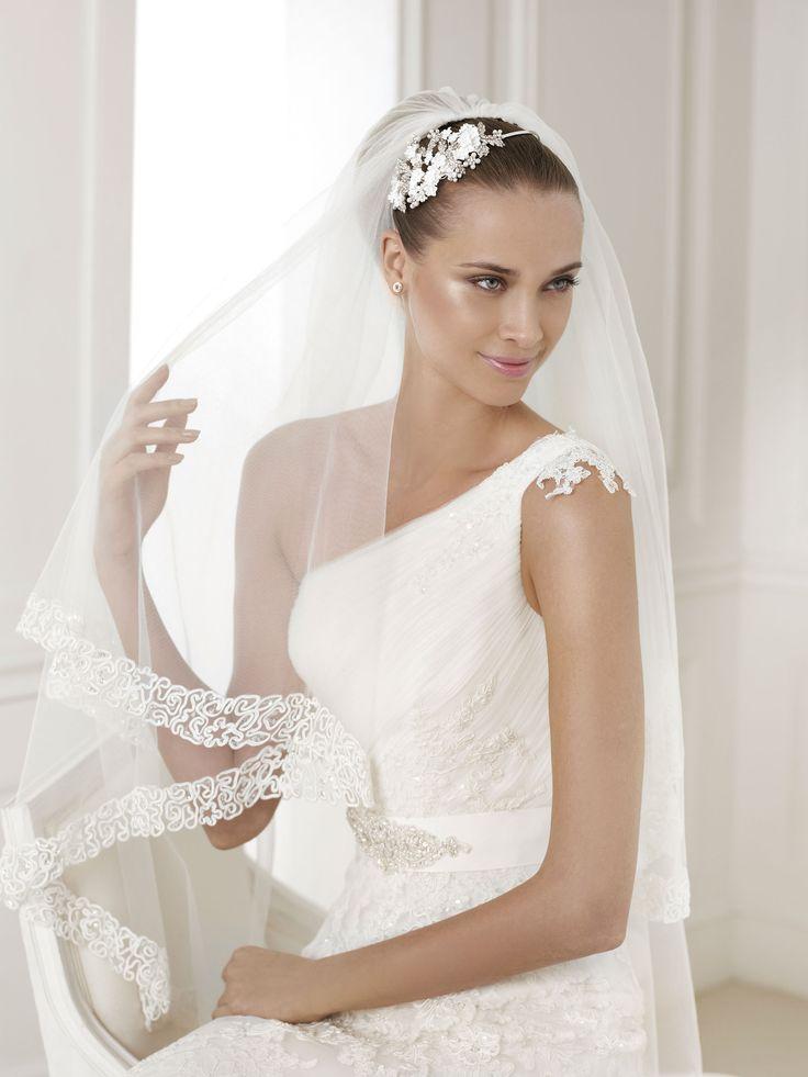 A gyönyörű Bora esküvői ruha a 2015-ös Pronovias kollekcióból kizárólag a La Mariée Budapest menyasszonyi ruhaszalon kölcsönözhető kedvezményes áron! Magyarország legnagyobb 2015-ös Pronovias menyasszonyi ruha kollekciója várja a kedves menyasszonyokat a legexkluzívabb esküvői ruhaszalonban.