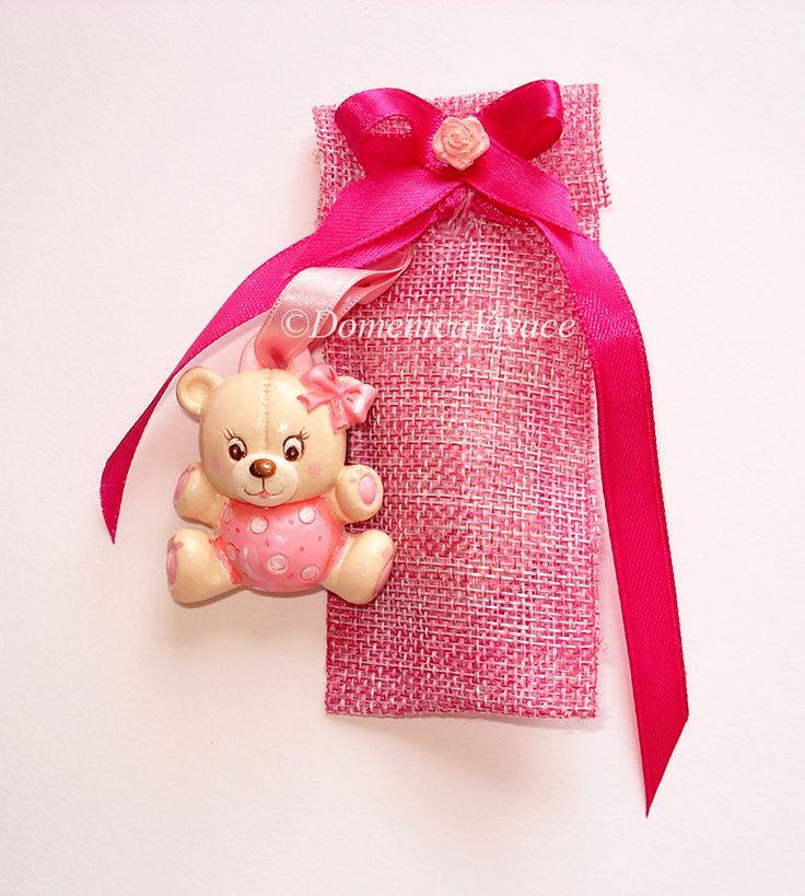 Bomboniera nascita/compleanno orsetto in gesso magnete, dipinto a mano, completa di sacchetto porta-confetti confezionato a mano.