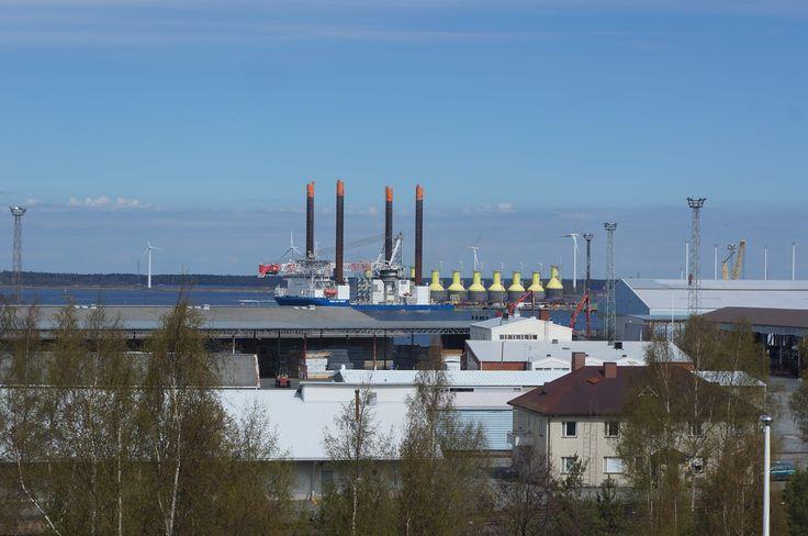 Tahkoluodon Tuulivoimalan jalkoja hakemassa Mäntyluodon telakalta 22.05-17. Suomen Hyötytuuli Oy rakentaa parhaillaan Porin Tahkoluotoon maailman ensimmäistä vaativiin jääolosuhteisiin suunniteltua merituulipuistoa. Tuulipuisto tuottaa energiaa vuoden 2017 syksyllä.