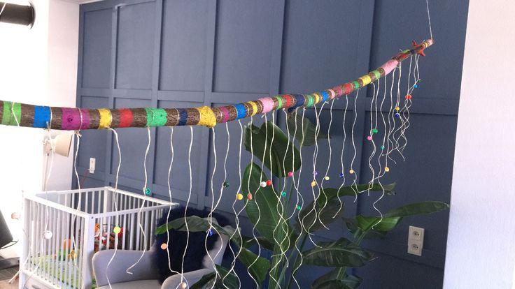 Voor juffendag heb ik een stok gezocht in het bos. Met schilderstape rechte strepen geverfd. Glitters erop gestrooid en spuitlak. Daarna 30 touwtjes met kraaltje eraan. Elk kind uit de klas maakte een bloem met op de achterkant een cadeaukaart van €5 voor de jarige juf.