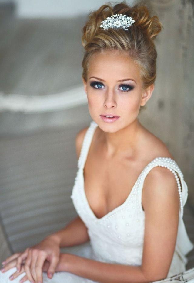 Moderne Braut-smokey eyes-Glossy Lippenstifft-hochsteckfrisur
