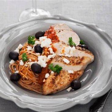 Kyckling med spaghetti i tomatsås med fetaostsmul