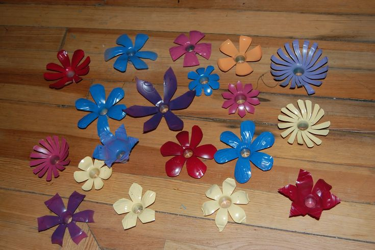 ...wonder if i could make and attach these into a white christmas light strand for a flower garland for J's fairy party...... Soda Bottle Flower Tutorial |