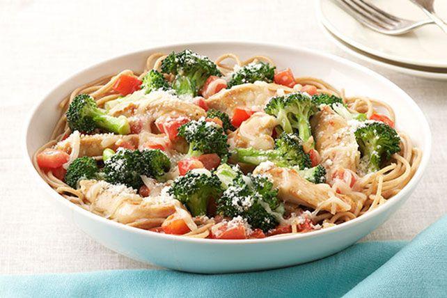 Una buena pasta con pollo, brócoli y queso parmesano nunca pasará de moda. Compruébalo con esta idea que encantará a toda tu familia.