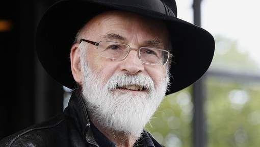 De Engelse schrijver Terry Pratchett, bekend van zijn humoristische fantasyboeken in de Schijfwereld- of Discworld-serie, is overleden. Dat laat zijn uitgever weten. Hij werd 66 jaar.
