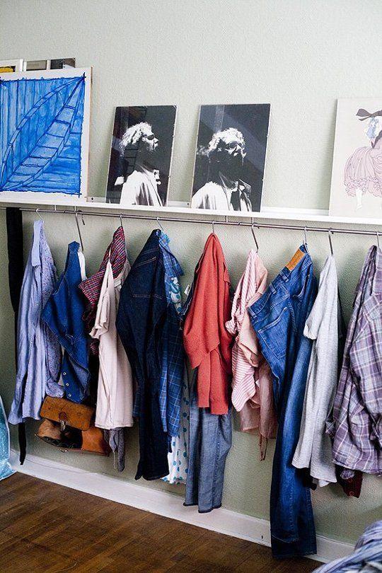 На первом фото к нижней стороне полки прикрепили рейлинги, и теперь она еще выполняет роль вешалки для одежды и сумок.