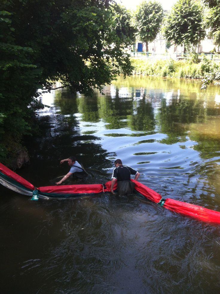 Installation du barrage flottant sur #Louviers Plage. Les promeneurs sur barques seront en sécurité !