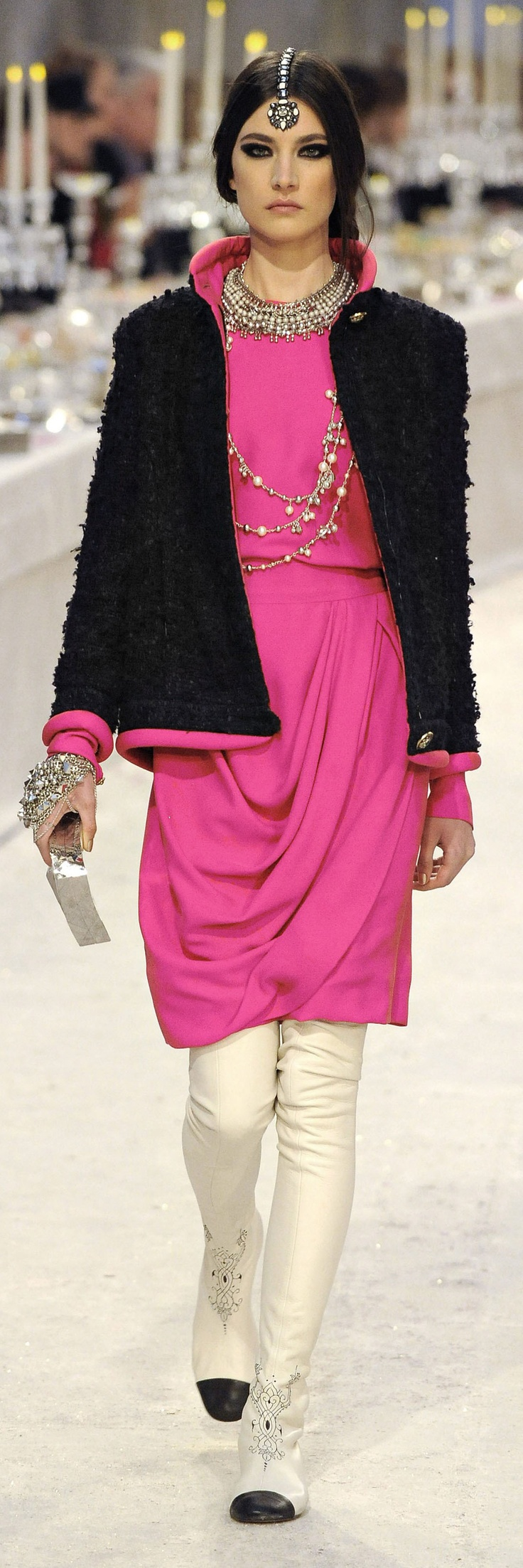 chanels influence on fashion essay This pioneer of fashion will have a long-lasting influence in fashion designs to come, because her style will always stand for what she believed in – simplicity and everlasting elegance how did coco chanel set herself apart.