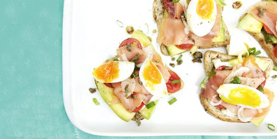 Sanduíche de salmão defumado e molho adocicado de mostarda | DigaMaria