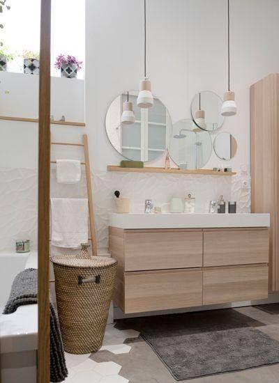 De jolies suspensions dans la salle de bain, pour un éclairage doux et chaleureux.