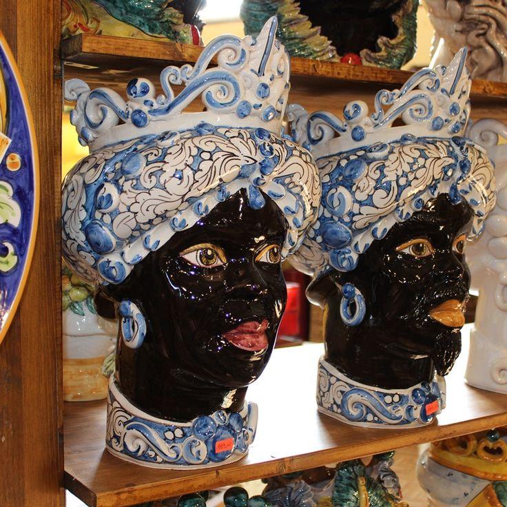 """Coppia di Teste in ceramica di Caltagirone. Collezione """"Verus"""".  Vendibili anche singolarmente.   Dim. cm 30 x H. cm 40."""