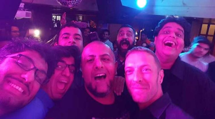 Chris Martin performs impromptu in Delhi's bar, breaks the internet