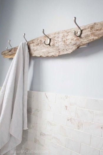 流木にフックをつけてラックに。バスルームのタオル掛けや玄関のコートハンガーにぴったりです。                              …