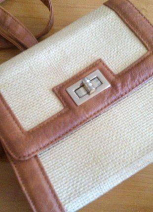 Kupuj mé předměty na #vinted http://www.vinted.cz/damske-tasky-a-batohy/kabelky/11530931-zajimava-zlatohneda-mala-kabelka-nastavitelny-reminek