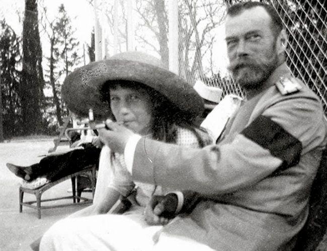 Княжна Анастасия балуется сигаретой из рук отца императора Николая II, 1916.
