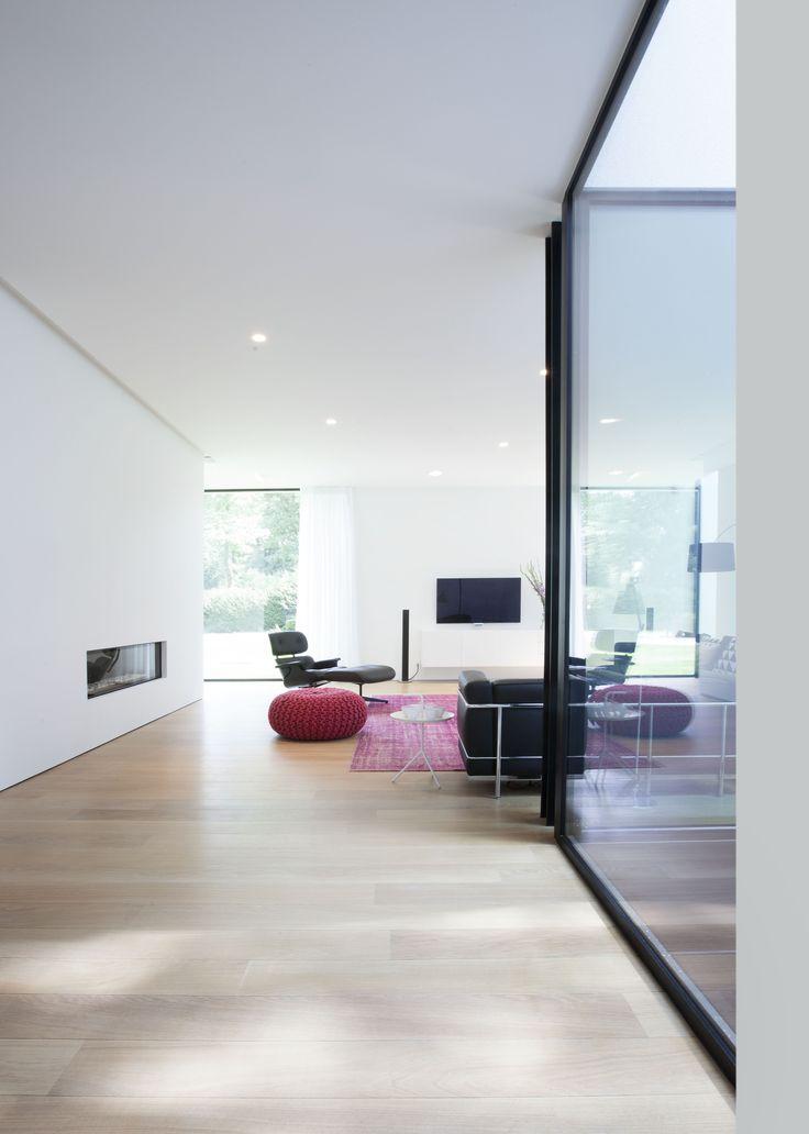 Châssis noirs en aluminium dans une maison moderne. ©Philippe Van Gelooven