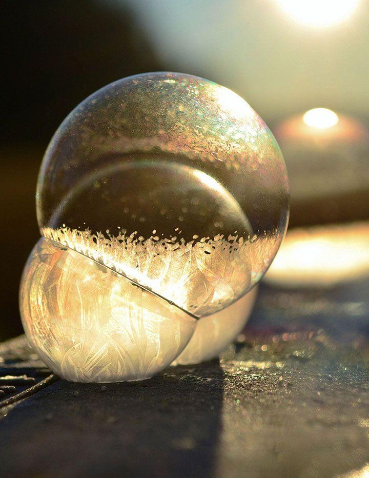 Un petit garçon souffle des bulles de savon qui se cristallisent dans le froid hivernal  http://dailygeekshow.com/2014/01/09/un-petit-garcon-souffle-des-bulles-de-savon-qui-se-cristallisent-dans-le-froid-hivernal/