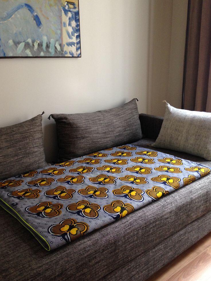 """Plaid/couverture style """"Afro-danois"""" faite à la main en tissu wax et cotonnade  et souligné de passepoil fluo jaune. Modèle """"Papillons"""" (115x150cm)"""
