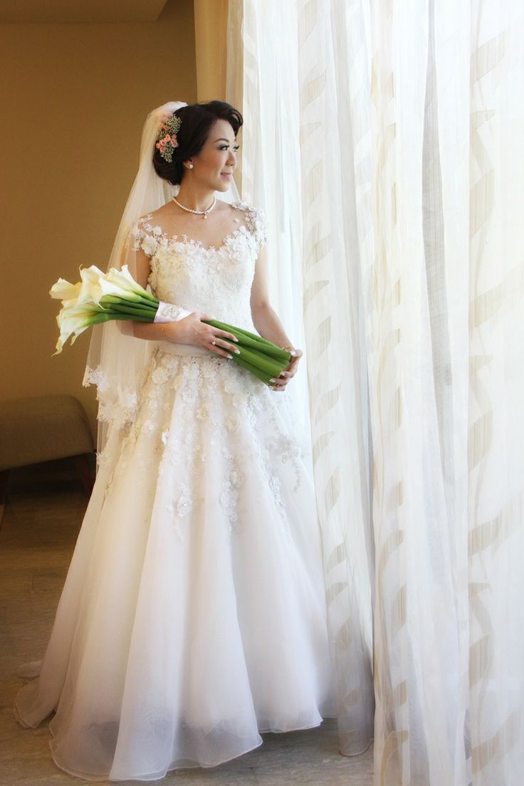 Oscar Daniel Wedding dress designer pin bb : 233FFFDF instgaram : oscardanielmakeup phone : +6281519966165