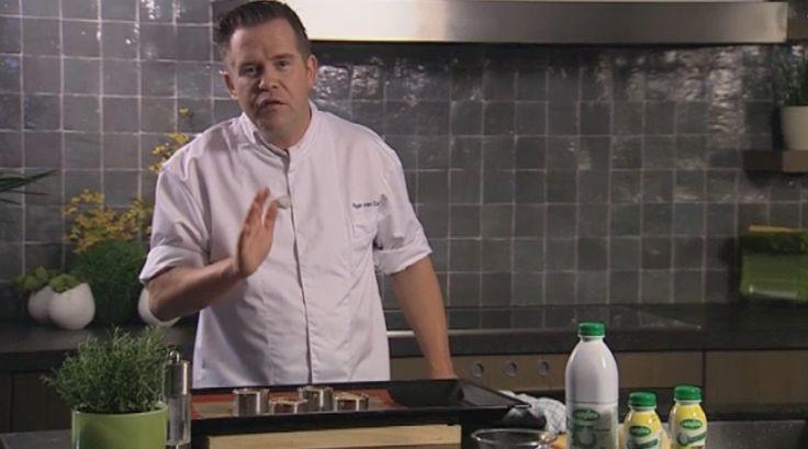 bereiden: Verwarm de oven voor op 160°C. Was de aardappelplakjes niet, het zetmeel dat erop zit zorgt ervoor dat de plakjes mooi aan elkaar blijven plakken. Meng de room met de melk en klop de eieren eronder. Voeg de verse kruiden, look en sjalot toe. Breng op smaak met nootmuskaat, peper en zout.