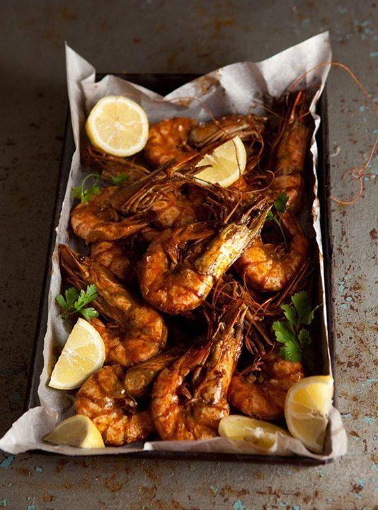Crevettes sautées à l'ail et au gingembre de Martine Fallon Couper 16 crevettes étêtées ou non en 2 dans la longueur sans en détacher les parties et ôter l'intestin, ajouter du sel de mer, du gingembre râpé, un rien d'ail pressé, du piment d'espelette en poudre et un fin filet d'huile d'olive. Passer sous le grill du four 3 mn. Déposer sur une assiette et servir avec une sauce piquante ou une mayonnaise à l'avocat et pamplemousse.