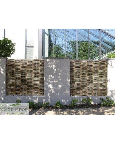 Handgefertigte Gartenzäune können in gewünschter Maßanfertigung produziert werden. Diese lassen sich zwischen bereits vorhandenen Betonpfosten mühelos befestigen. Nach Maß angefertigte Flechtzäune sind günstiger, als viele denken. Das Sortiment ist umfangreich und lässt kaum Wünsche offen. Es sind Sichtschutzelemente im Holzrahmen, mit seitlichen Holzlatten oder ohne Rahmen erhältlich.