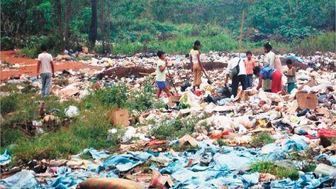 Beni. Un grupo de personas recolecta residuos reciclables en el botadero de Riberalta.