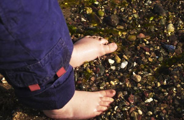 Oggi parliamo di #salute del #piede del vostro bimbo!!! Lo sapevate che i bambini vengono al mondo con i #piedipiatti? Quando un bambino inizia a camminare, i legamenti ed i muscoli si rafforzano,si forma un arco, lì #ArcoPlantare !   Pensate ad un bambino che arriva, scalzo, su una spiaggia ricoperta di alghe seccate dal sole. Un consiglio? Fate correre i vostri bimbi al sole e scalzi!!!