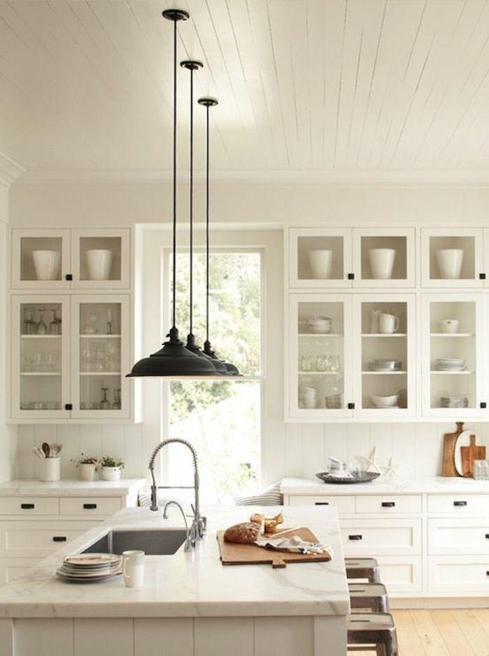 une jolie cuisine blanche avec lustre noir en fer