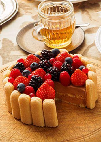 シャルロットケーキといえば、ムースやクリームをビスコッティなどでくるりと囲んだケーキですが、このワザをデコレーションとしても使ってみましょう。こんな感じで市販のフィンガービスケットやクッキーをケーキの周囲に並べれば、サイドのクリームをきれいに整えなくても大丈夫。ビスコッティをわざわざ焼く手間もないので簡単です。
