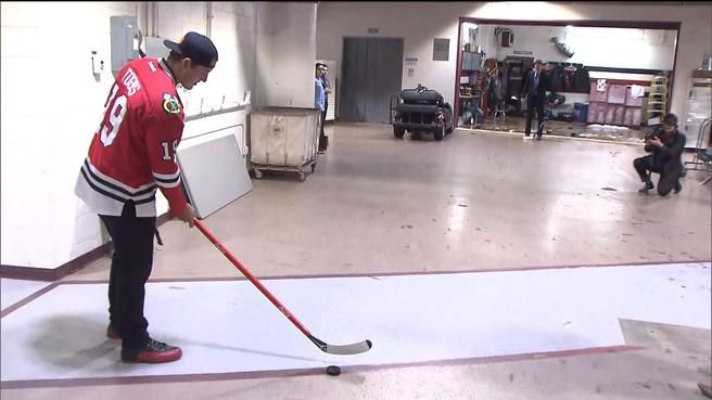 Watch Cubs star Anthony Rizzo play Shoot the Puck at Blackhawks game