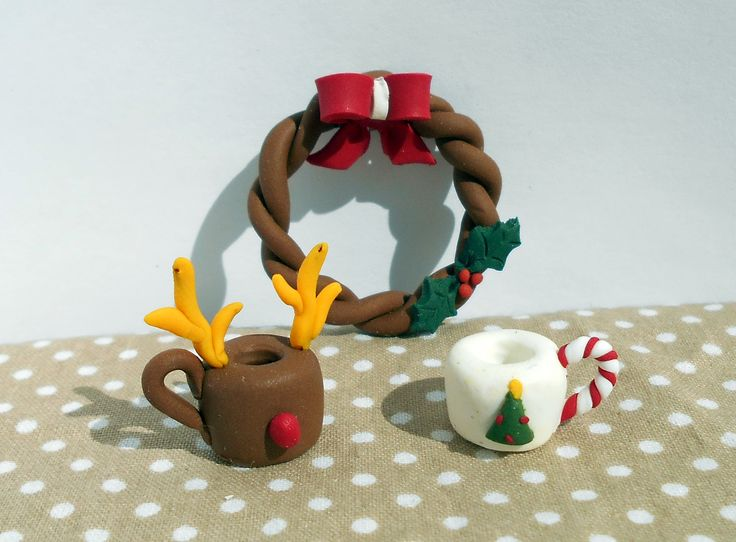 Miniature clay christmas wreath and christmas-themed mugs. Found the idea here on Pinterest https://fluffycraftcloud.wordpress.com/2015/09/21/20/ #miniature #shabby #chic #diy #handmade #polymer #clay #polymerclay #cute #christmas #reindeer #wreath #ribbon #mistletoe