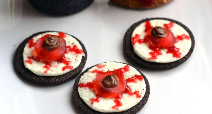 Halloween Oreo szemgolyó keksz recept: Halloweeni sütik között remekül mutat ez a keksz recept, ráadásul egyszerűen elkészíthető.