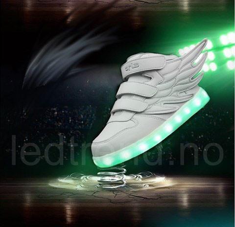 Hvite LED-barnesko Dragonfly light | LED barnesko - LEDtrend.no - LED-skoene finner du i nettbutikken ledtrend.no. Prisene på ledskoene varer varierer fra 599-, og oppover, GRATIS frakt på alle varer. Vi har mange forskjellige LED-sko, ta en titt da vel? på: www.ledtrend.no