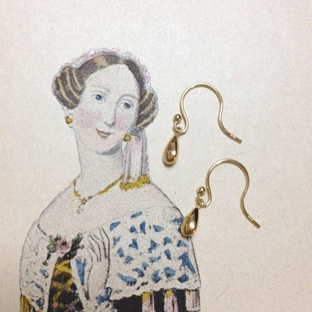 K18 Morning Dew earrings  朝露をイメージした18金のピアスです。小さな雫が耳元でキラリ。シンプルできれいです。